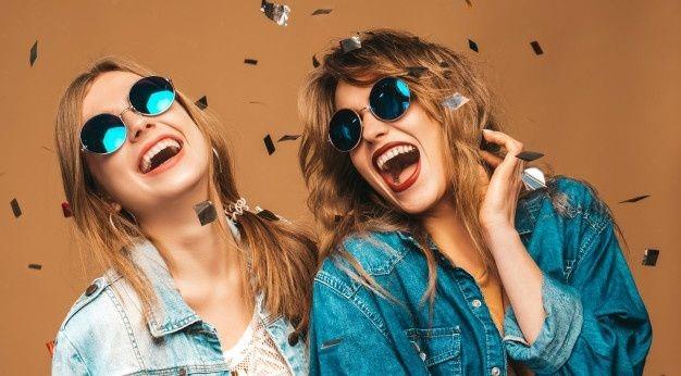 duas-lindas-meninas-sorridentes-em-roupas-da-moda-no-verao-e-oculos-de-sol-mulheres-sexy-despreocupadas-posando-modelos-de-gritos-positivos-sob-confetes_158538-4725 (1)